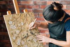 Staffli för kanfas för målare för kvinna för konstnärarbetsstudio fotografering för bildbyråer