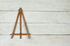 Staffli på trätabellen Arkivbild