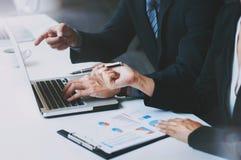 stafmedewerkers die verkoop en bedrijfsprestaties in eigentijds bureau bespreken stock afbeeldingen