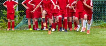 Stage de formation de groupe du football de la jeunesse Étirage - exercices de flexibilité pour des footballeurs de la jeunesse L Images stock