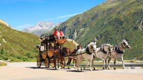Stagecoach przy St Gotthard Alpejską przepustką Zdjęcie Royalty Free