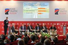 Stagel med paneldeltagare på internationell kongress Royaltyfria Bilder