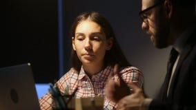 Stagiaire féminin écoutant la jeune femme de enseignement de mentor dans le bureau banque de vidéos