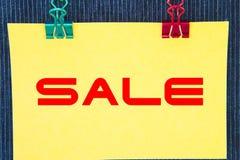 Stagione di acquisto di vendita, segno dell'etichetta di vendita, autoadesivo giallo Fotografia Stock Libera da Diritti