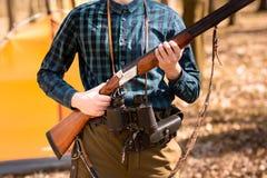 Stagione di caccia di autunno Cacciatore dell'uomo con una pistola Cercando nel legno immagini stock libere da diritti