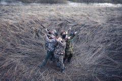 Stagione di caccia nella mattina gelida nel campo rurale con la tenda di caccia fotografia stock