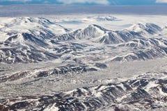 Stagione invernale dell'Islanda di forma della montagna della copertura di neve di vista aerea Fotografia Stock Libera da Diritti