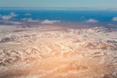 Stagione invernale e linea costiera della montagna di vista aerea Fotografie Stock