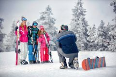 Stagione invernale - presa del padre che fotografa famiglia sulla vacanza dentro fotografie stock