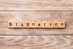 Stagnacji słowo pisać na drewnianym bloku stagnacja tekst na drewnianym stole dla twój desing, pojęcie zdjęcia royalty free
