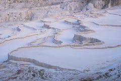 Stagni asciutti e terrazzi del travertino naturale in Pamukkale Castello del cotone in Turchia sudoccidentale, fotografia stock