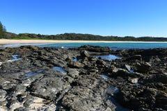 Stagni australiani della roccia della spiaggia di comedone della linea costiera Fotografia Stock Libera da Diritti