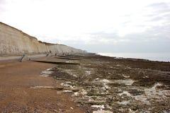 Stagni della roccia a bassa marea vicino a Brighton Marina immagine stock