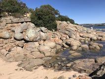 Stagni della roccia nell'oceano fotografie stock libere da diritti