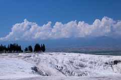 Stagni e terrazzi naturali del travertino a Pamukkale, Turke Fotografia Stock