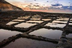 Stagni romani della roccia del sale a Malta fotografie stock