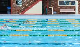 Stagno all'aperto di nuoto dei rivestimenti Fotografia Stock