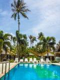 Stagno alla località di soggiorno tropicale fotografia stock libera da diritti