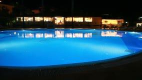 Stagno alla notte nel territorio del ` s dell'hotel stock footage