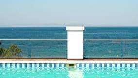 Stagno blu con la vista sul mare archivi video