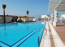 Stagno blu, tenda bianca in un hotel turco Sirius Deluxe immagini stock