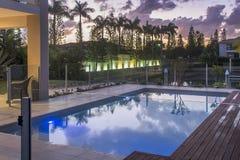 Stagno a casa del lusso di tramonto Fotografia Stock