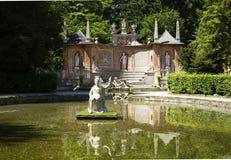 Stagno con la statua al waterpark del castello di Hellbrunn fotografie stock