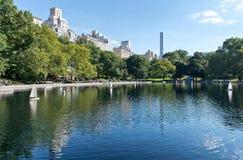 Stagno con Sailboats di modello nel Central Park di NYC fotografia stock