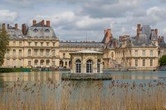 Stagno davanti a Fontainebleau immagini stock