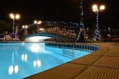 Stagno dell'hotel alla notte Fotografia Stock