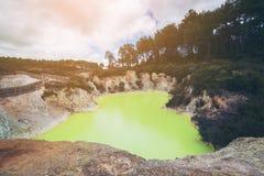 Stagno della caverna del diavolo in Wai-O-Tapu, il Distretto di Rotorua immagini stock libere da diritti