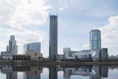 Stagno della città e di Ekaterinburg con i grattacieli Fotografie Stock