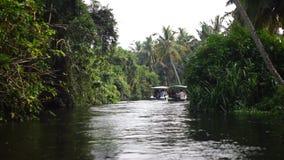Stagno della palma e della barca in India Timelapse stock footage