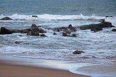 STAGNO DELLA ROCCIA NELL'OCEANO CON LA SPIAGGIA IN PRIORITÀ ALTA Fotografia Stock