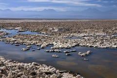 Stagno della salamoia - appartamenti del sale dell'Atacama - il Cile Immagini Stock