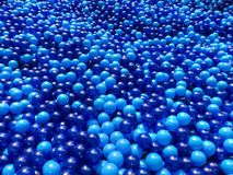 Stagno delle palle di plastica blu immagine stock libera da diritti