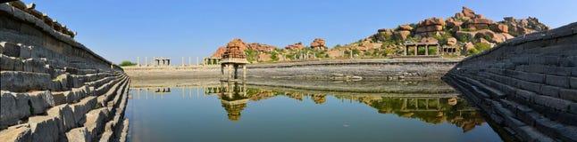 Stagno di acqua antico in Hampi, India fotografia stock