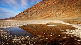 Stagno di acqua in bacino di Badwater in Death Valley Immagini Stock