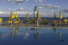 Stagno di acqua chiaro di rilassamento sulla parte anteriore di oceano di Giardini di Naxos in Sicilia immagine stock libera da diritti