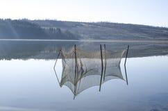 Stagno di allevamento per il pesce nel lago Immagine Stock