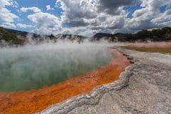 Stagno di Champagne nel paese delle meraviglie geotermico di Wai-O-Tapu, il Distretto di Rotorua, Nuova Zelanda fotografia stock