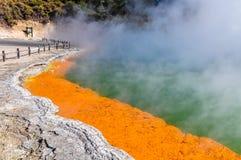 Stagno di Champagne nell'area geotermica di Wai-o-tapu, vicino al Distretto di Rotorua, immagini stock