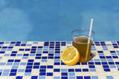 Stagno di estate di colore del limone della bevanda Fotografie Stock Libere da Diritti