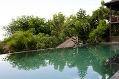 Stagno di infinito della villa Uno stagno di infinito di balinese nel villaggio Immagini Stock