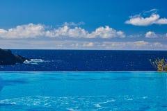 Stagno di infinito di vista di oceano sulla vacanza Immagine Stock Libera da Diritti