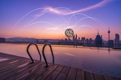 stagno di infinito di Kuala Lumpur con le icone del telefono fotografie stock