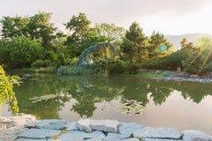 Stagno di Koi e percorso di camminata al tramonto in giardino giapponese fotografia stock