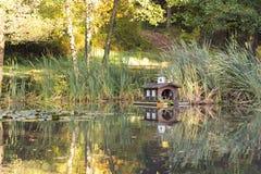 Stagno di legno miniatura sveglio del lago della casa che fa un'escursione l'ambiente di viaggio immagini stock