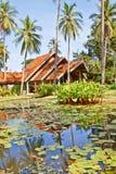 Stagno di loto e costruzione tailandese di stile immagine stock libera da diritti