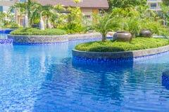 Stagno di lusso in un hotel, tempo libero della località di soggiorno, Immagine Stock Libera da Diritti